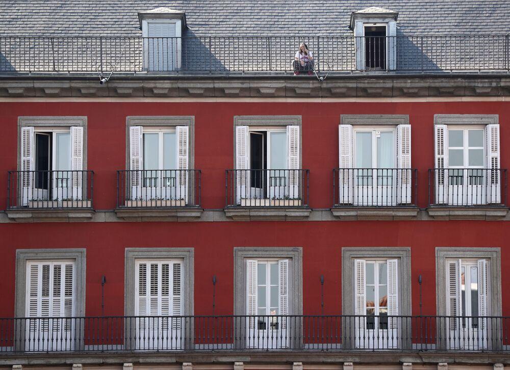 Dívka na střeše domu v Madridu