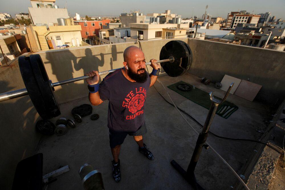 Osama Hussein cvičí na střeše svého domu ve městě Irbíl, Irák
