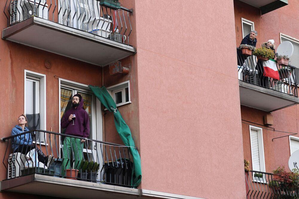 Lidé na balkónech. Milán, Itálie
