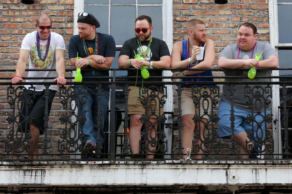 Turisté na balkóně ve městě New Orleans, USA