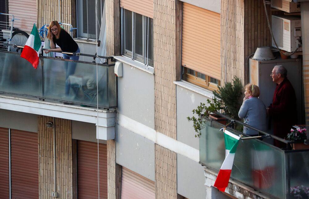 Lidé na balkónech v Římě, Itálie
