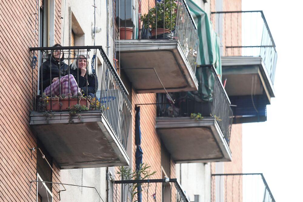 Dívky na balkóně. Milán, Itálie