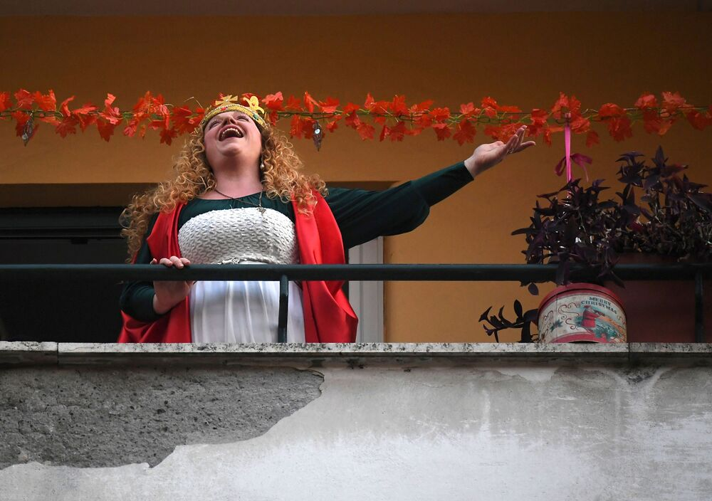 Žena zpívá na svém balkóně během karantény v Římě