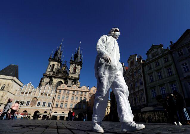 Muž v ochranném oděvu na Staroměstském náměstí v Praze