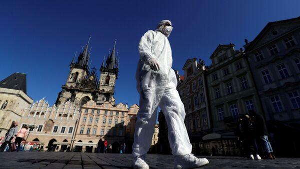 Muž v ochranném oděvu na Staroměstském náměstí v Praze - Sputnik Česká republika