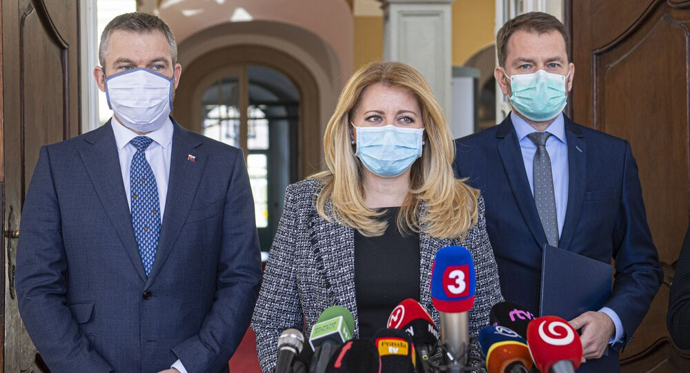 Slovenská prezidentka Zuzana Čaputová, odstupující premiér Peter Pellegrini, šéf hnutí OĽaNO Igor Matovič v ochranných rouškách
