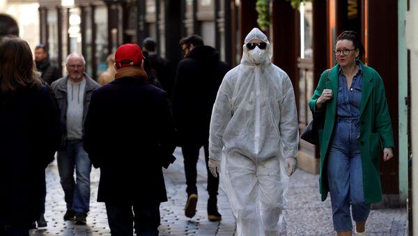 Muž v ochranném oděvu v centru hlavního města Prahy - Sputnik Česká republika