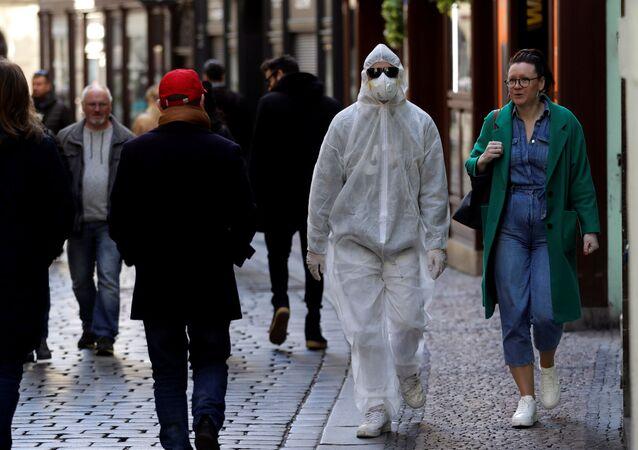 Muž v ochranném oděvu v centru hlavního města Prahy