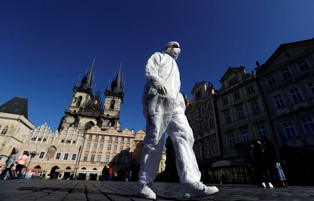 Muž v ochranném oděvu na Staroměstském náměstí