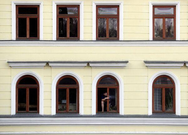 Kouřící muž vyhlížející z okna - Sputnik Česká republika