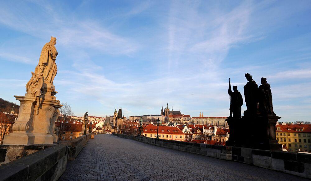 Liduprázdný Karlův most v Praze