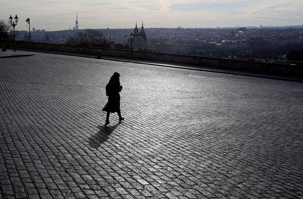 Žena poblíž uzavřeného Pražského hradu