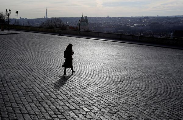 Žena poblíž uzavřeného Pražského hradu - Sputnik Česká republika