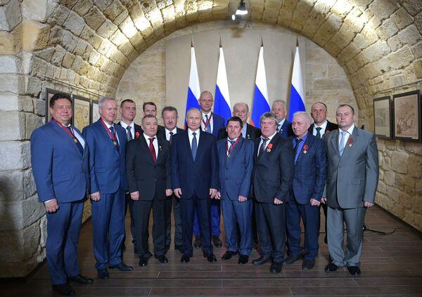Ruský prezident Vladimir Putin během udělování státních vyznamenání v Sevastopolu - Sputnik Česká republika