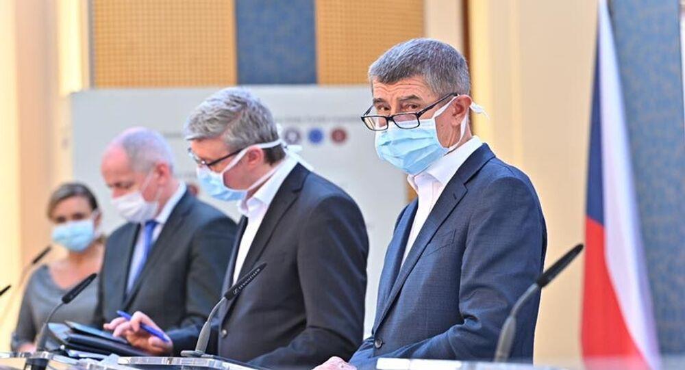 Český premiér Andrej Babiš v roušce