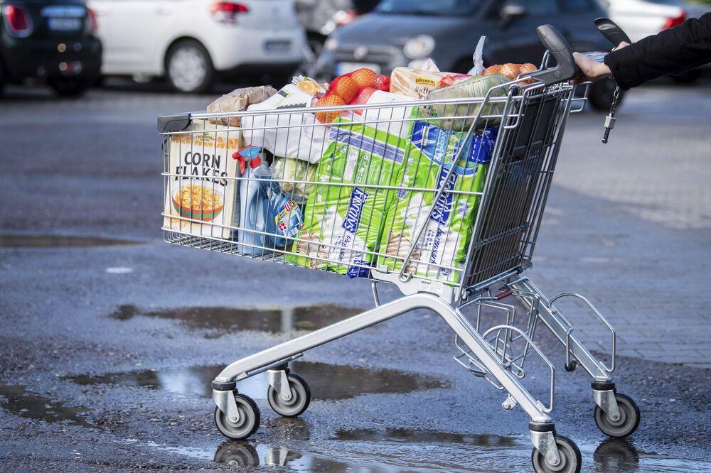 Nákupní vozík naplněný zbožím. Pullach, Německo