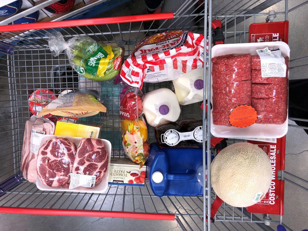 Nákupní vozík naplněný zbožím. Kanada