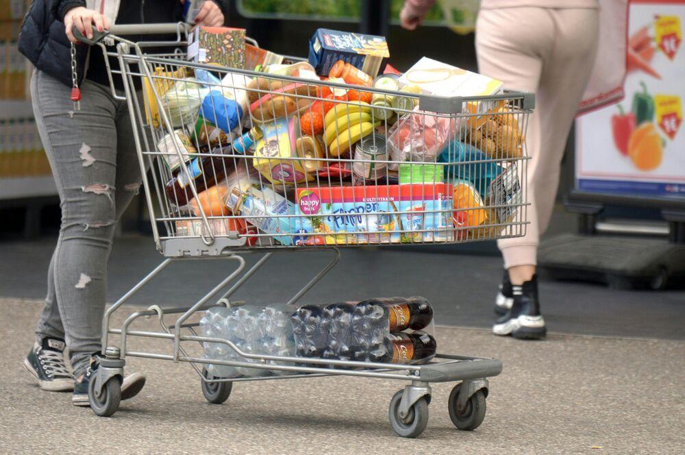 Nákupní vozík naplněný zbožím. Tyrolsko, Rakousko