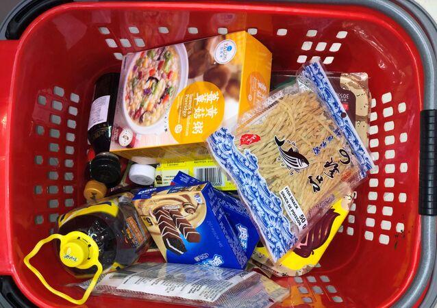 Košík potravin v supermarketu