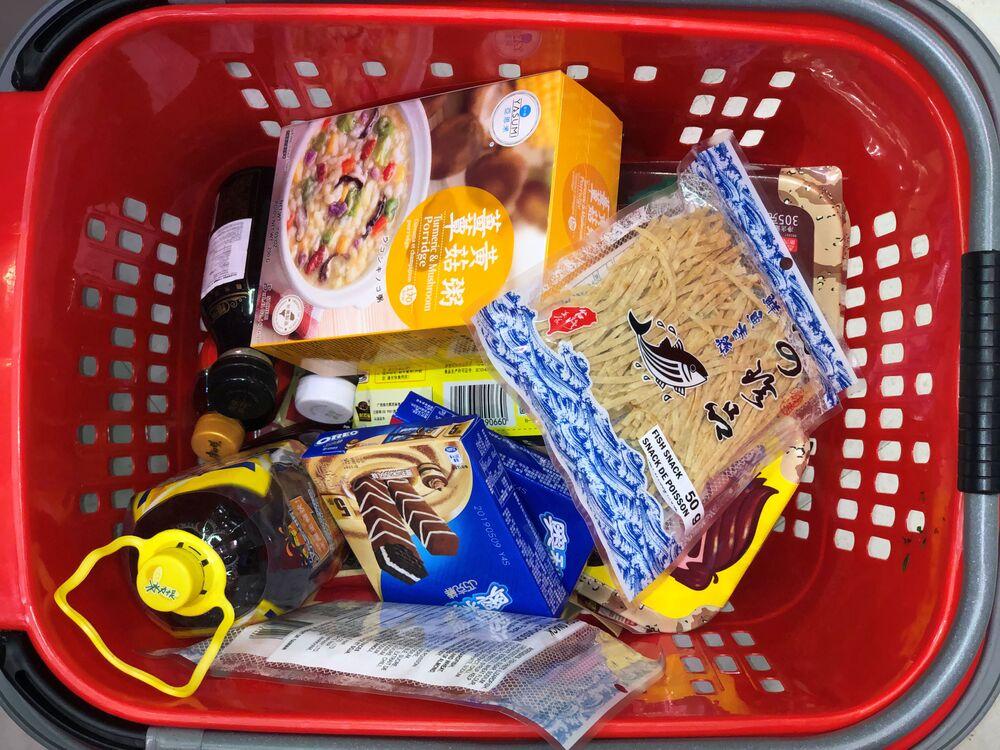 Nákupní koš s potravinami v kanadském supermarketu