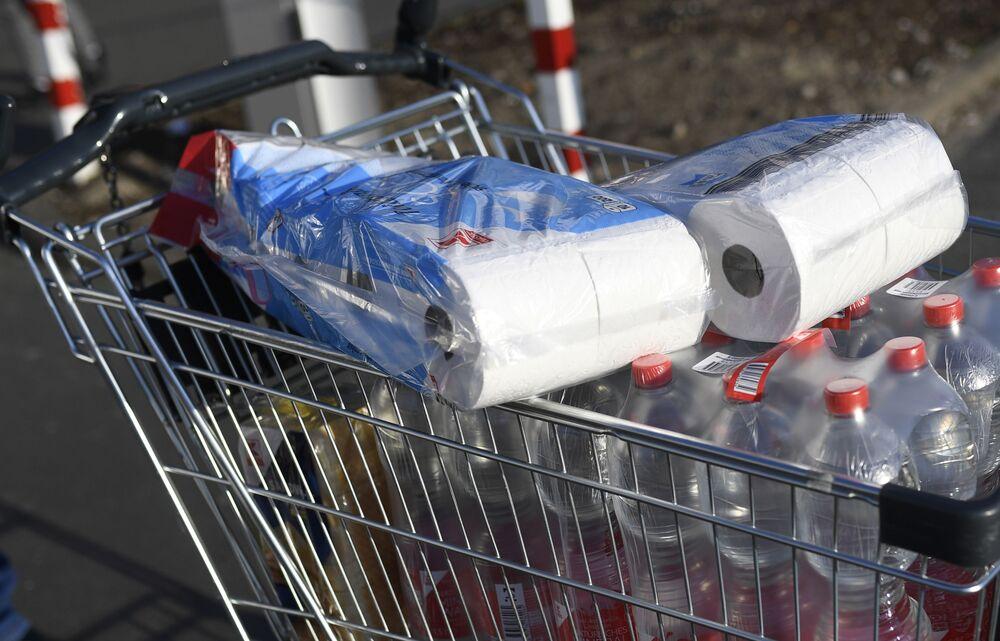 Toaletní papír v nákupním vozíku. Dortmund, Německo