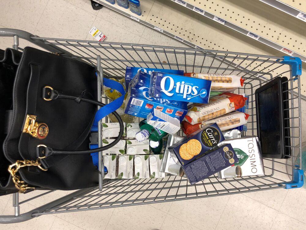 Nákupní vozík s potravinami v kanadském supermarketu