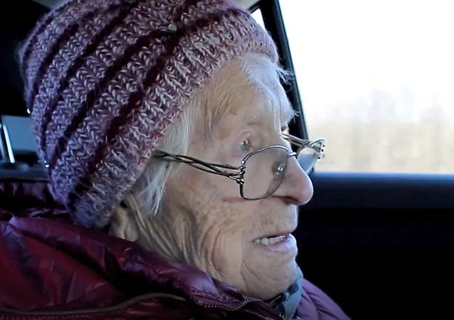 """""""Něco podobného jsem ještě nikdy neviděla."""" Dobrovolníci splnili sen 91leté veteránky"""