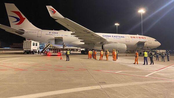Letadlo společnosti China Eastern se zdravotnickým materiálem  - Sputnik Česká republika