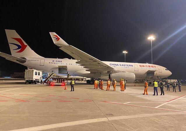 Letadlo společnosti China Eastern se zdravotnickým materiálem