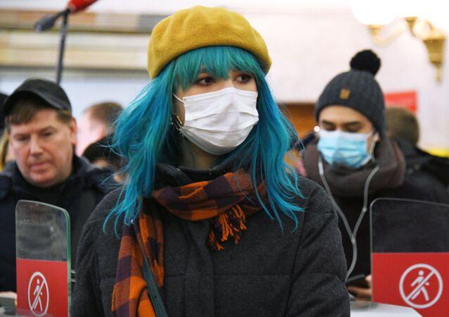 Dívka v roušce v moskevském metru