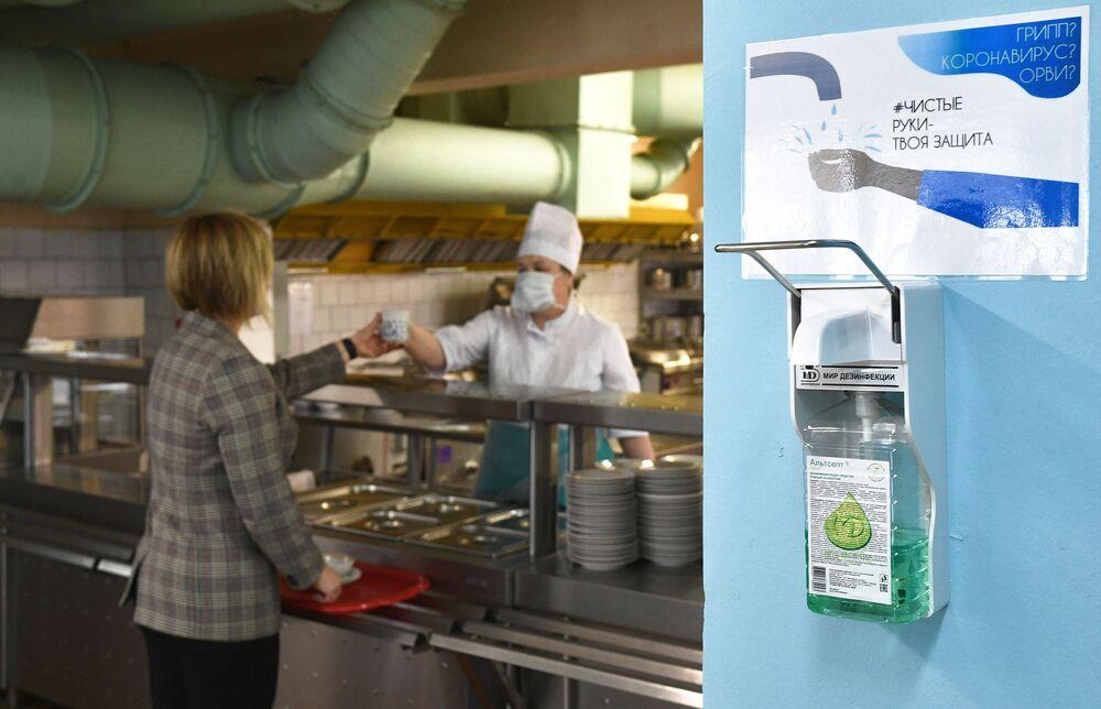 Dávkovač s antiseptickým roztokem v jídelně moskevské školy
