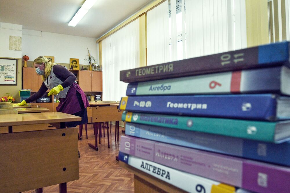 Zaměstnankyně školy provádí sanaci ve školní třídě v Moskvě
