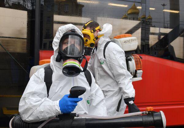 Zaměstnanci sanitární služby dezinfikují veřejnou dopravu v Petrohradě - Sputnik Česká republika