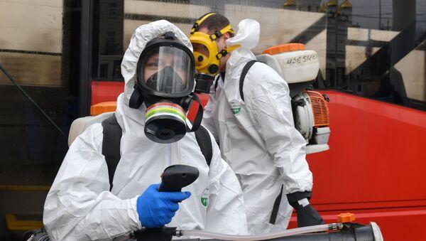 Zaměstnanci zdravotnických služeb provádějí dezinfekci hromadné dopravy v Petrohradu - Sputnik Česká republika
