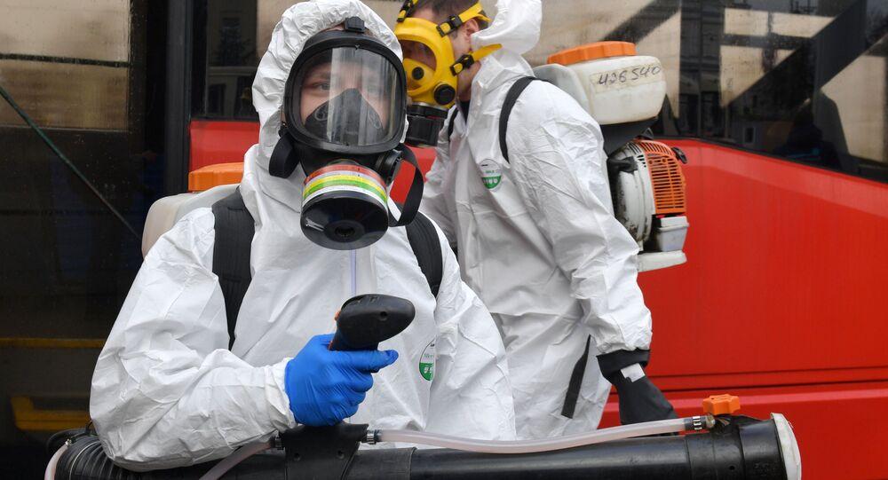 Zaměstnanci zdravotnických služeb provádějí dezinfekci hromadné dopravy v Petrohradu