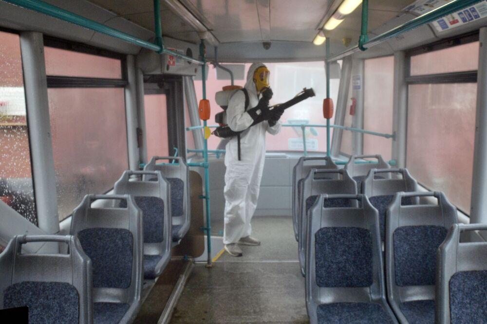 Zaměstnanec sanitární služby během preventivní dezinfekce Petrohradského tramvaje