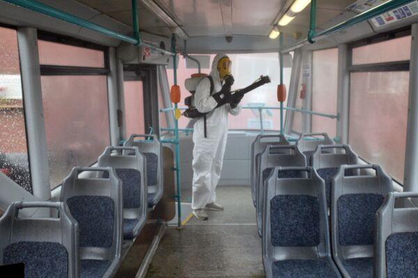 Zaměstnanec sanitární služby během preventivní dezinfekce Petrohradského tramvaje - Sputnik Česká republika
