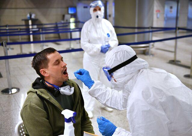 Zdravotnický pracovník vyšetřuje cestujícího. Illustráční foto