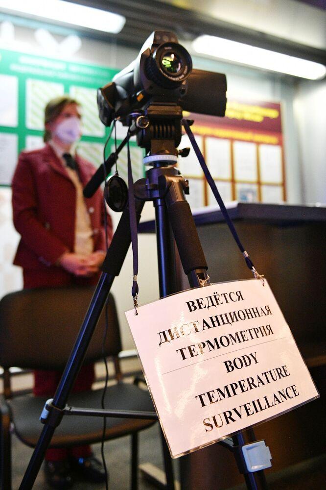 Kontrola teploty cestujících pomocí termokamery na letišti Vnukovo