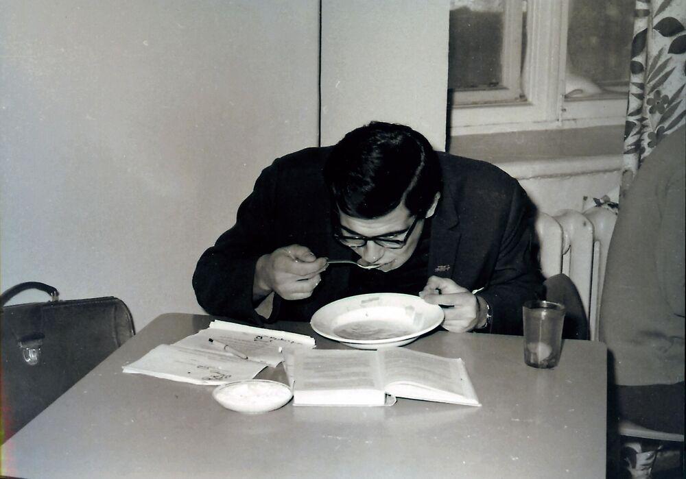 Sergej Lavrov ve studentské jídelně