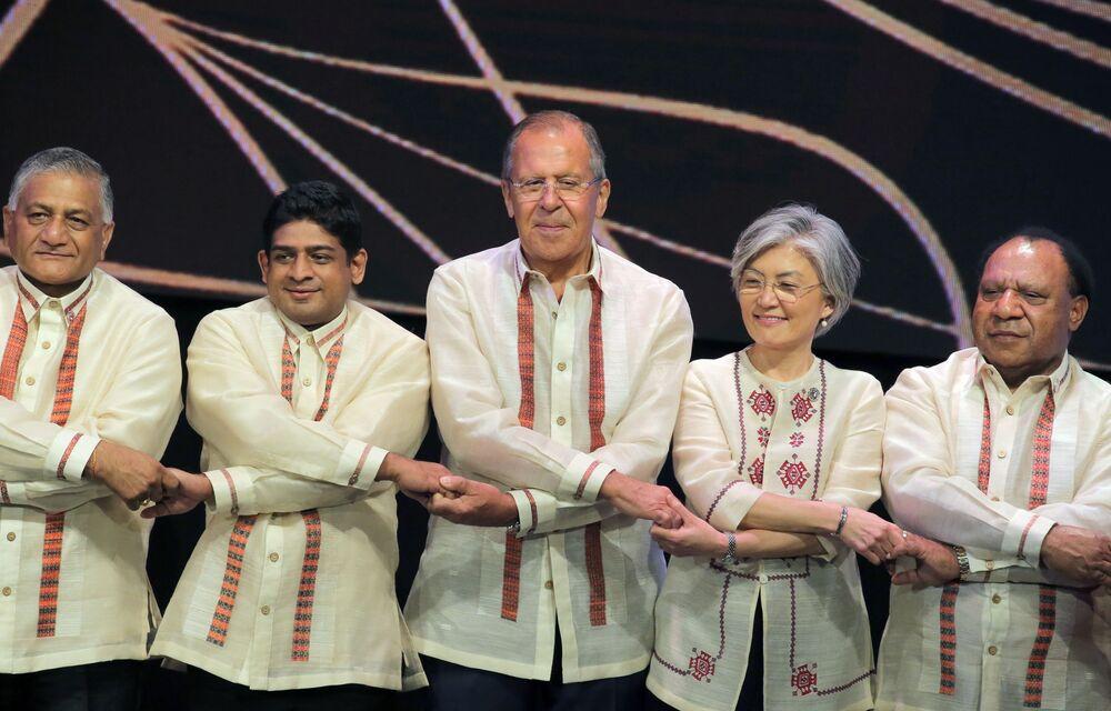 Ruský ministr zahraničí Sergej Lavrov při slavnostním společném fotografování s ministry zahraničních věcí členských zemí ASEAN na okraji summitu v Manile, Filipíny