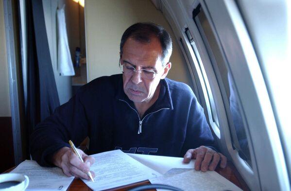 Ruský ministr zahraničí Sergej Lavrov v letadle během pravidelné služební cesty - Sputnik Česká republika