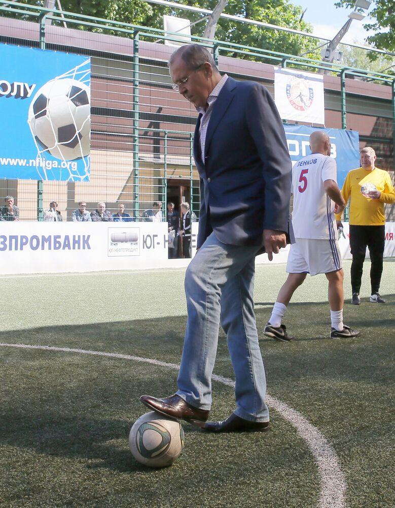 Člen dozorčí rady Lidové fotbalové ligy a ruský ministr zahraničí Sergej Lavrov během festivalu Lidové fotbalové ligy