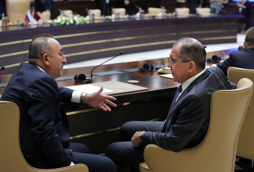 Turecký ministr zahraničí Mevlüt Cavusoglu a ruský ministr zahraničí Sergej Lavrov v prezidentském paláci v Ankaře