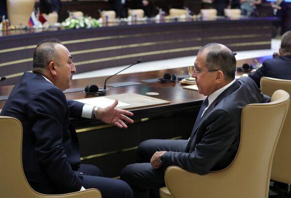 Turecký ministr zahraničí Mevlüt Cavusoglu a ruský ministr zahraničí Sergej Lavrov v prezidentském paláci v Ankaře - Sputnik Česká republika