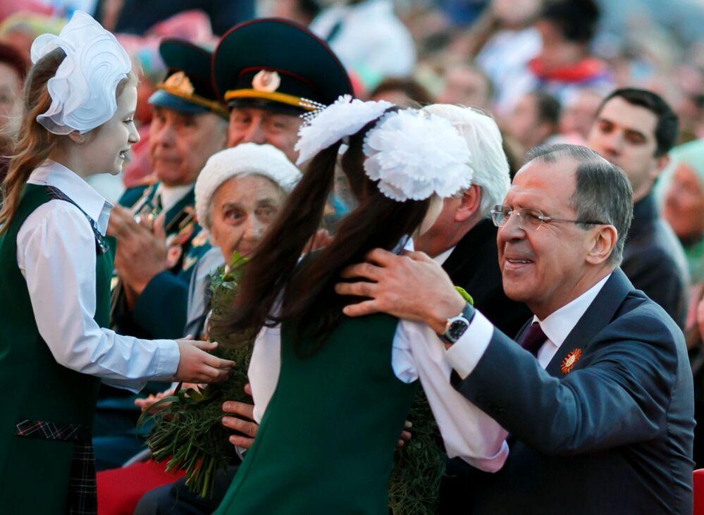 Ruský ministr zahraničí Sergej Lavrov před zahájením závěrečného koncertu Mezinárodního festivalu Hudba světa proti válce na náměstí padlých bojovníků ve Volgogradu