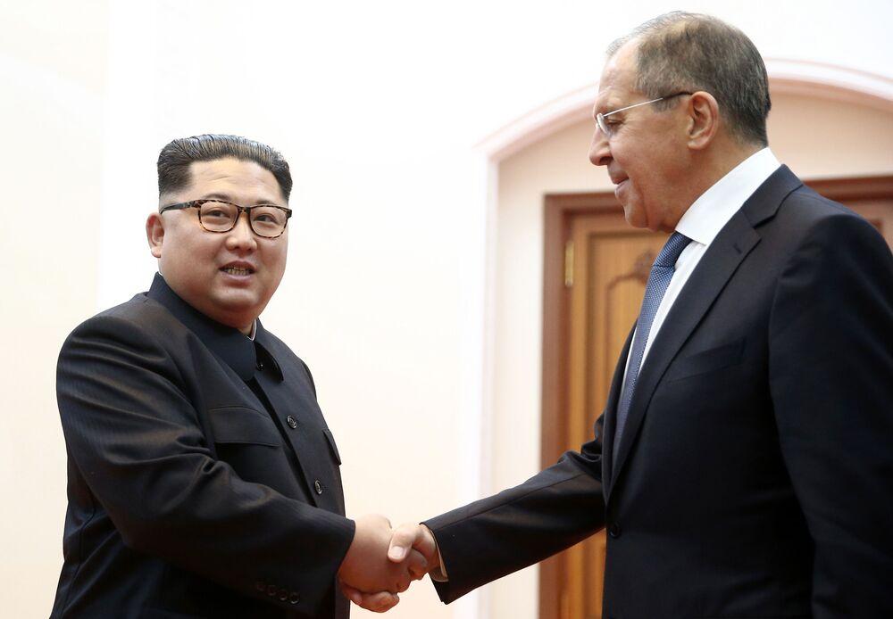 Prezident KLDR Kim Čong-un a ruský ministr zahraničí Sergej Lavrov na setkání v Pchjongjangu