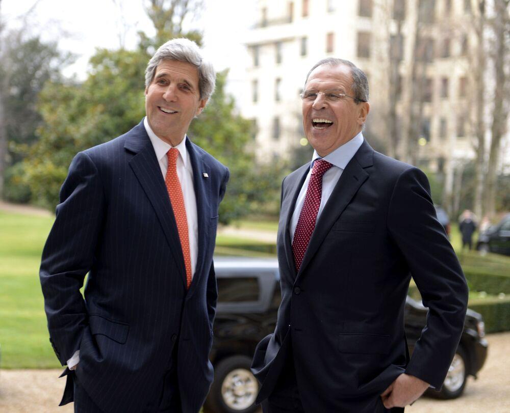 Ministr zahraničí USA John Kerry a ruský ministr zahraničí Sergej Lavrov během jednání v Paříži