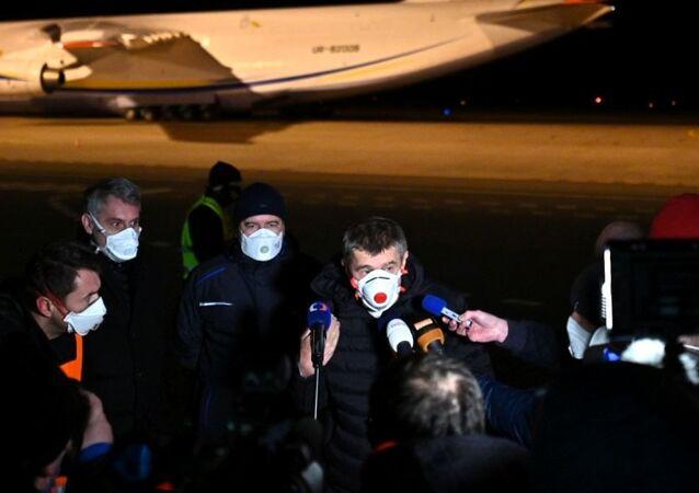Letoun An-124, který přiletěl se zdravotnickým materiálem do Česka