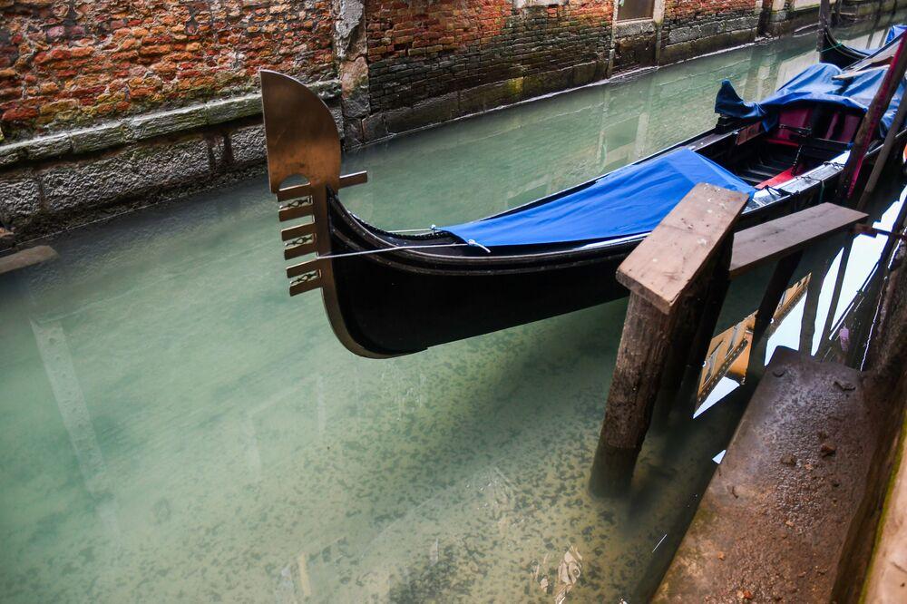 Čistá voda v benátském kanále na pozadí turistické krize způsobené koronavirem